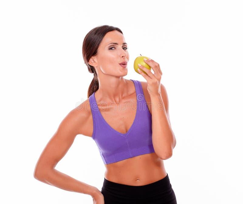 Здоровая pouting женщина с яблоком стоковая фотография rf