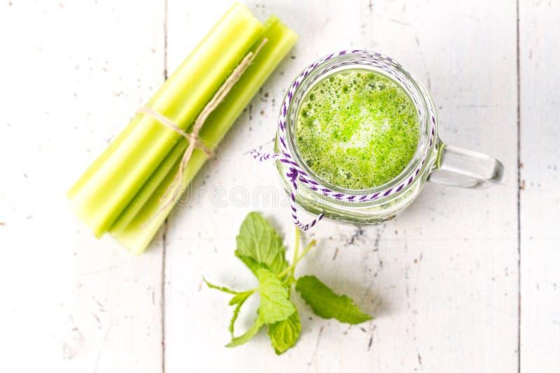 Здоровое зеленое питье smoothie с сельдереем стоковое фото rf