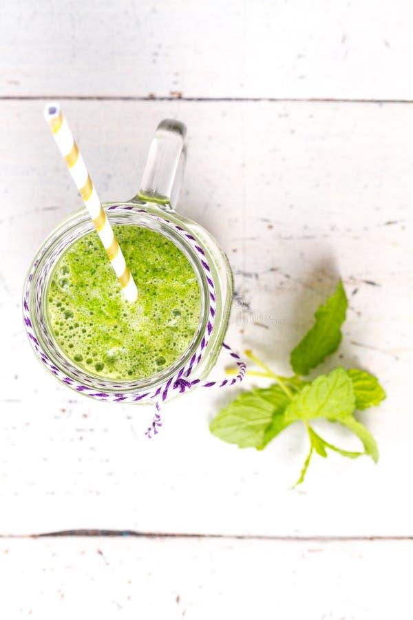 Здоровое зеленое питье smoothie с сельдереем стоковое изображение