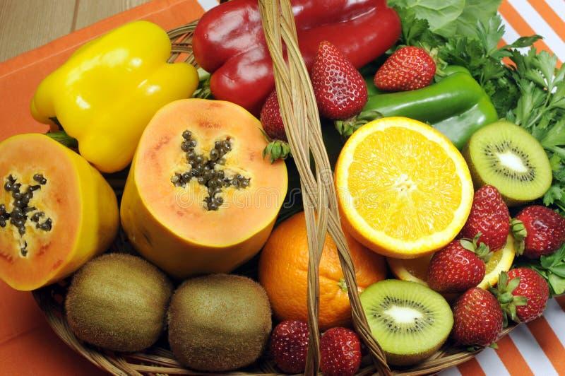 Здоровое диетпитание - источники витамин C - фрукты И овощи в корзине. стоковая фотография rf