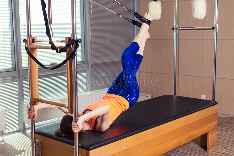 Здоровое усмехаясь трико женщины нося практикуя Pilates в яркой студии тренировки стоковая фотография rf