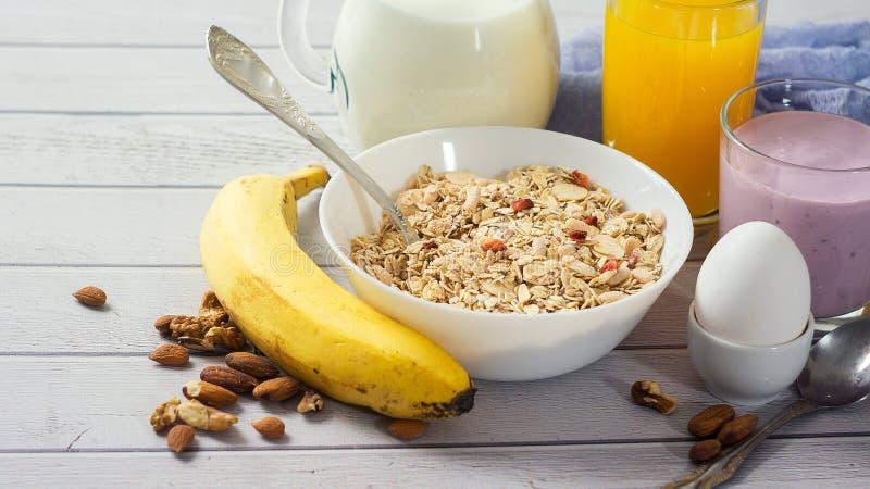Здоровое muesli еды с бананом, гайками и молоком для завтрака стоковое изображение rf