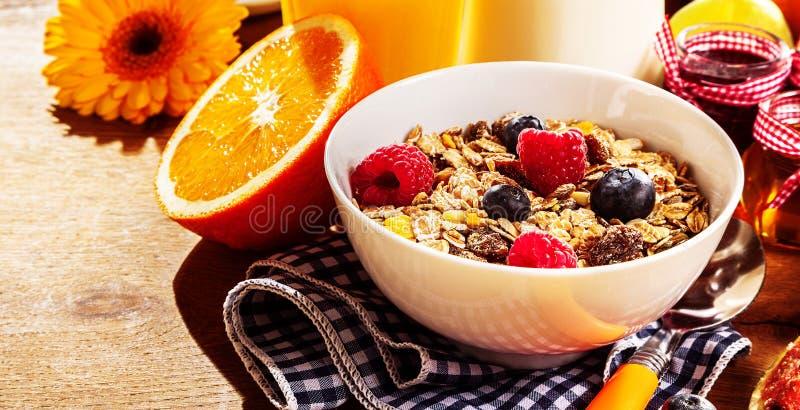 Здоровое muesli завтрака с свежими ягодами стоковые фотографии rf