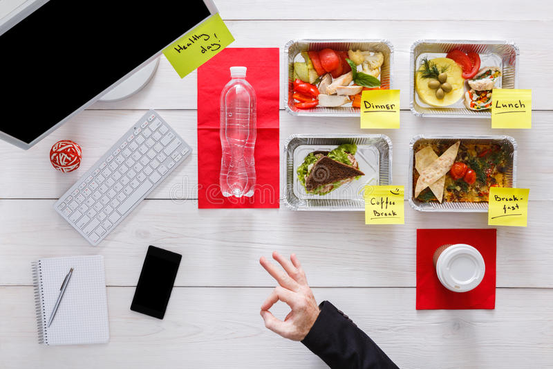 Здоровые ежедневные еды в офисе, взгляд сверху на древесине стоковые изображения