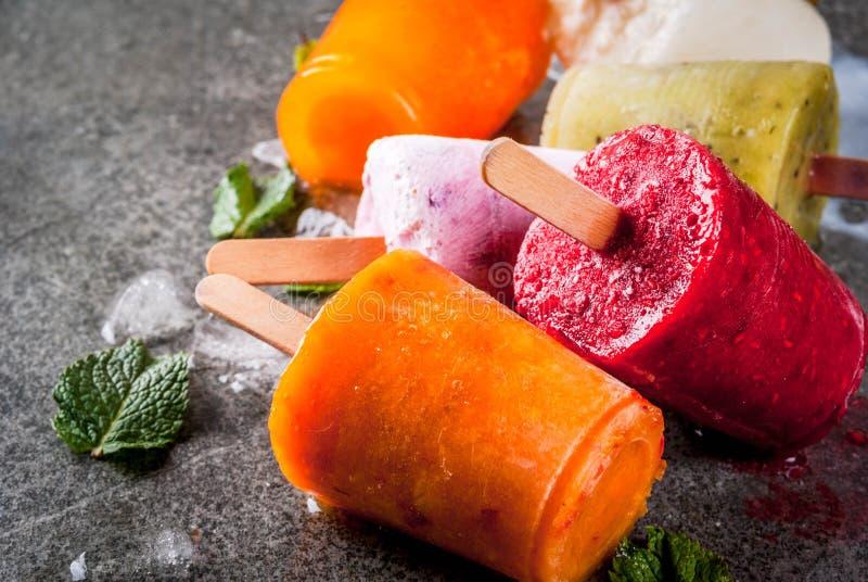 Здоровые десерты лета Popsicles мороженого Замороженное тропическое ju стоковые фото