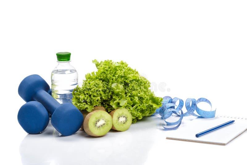 Здоровые еда, диета и вытрезвитель гантели, вода кивиа стоковое фото rf