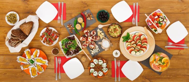 Здоровые еды на праздничной таблице служили для официальныйа обед стоковая фотография