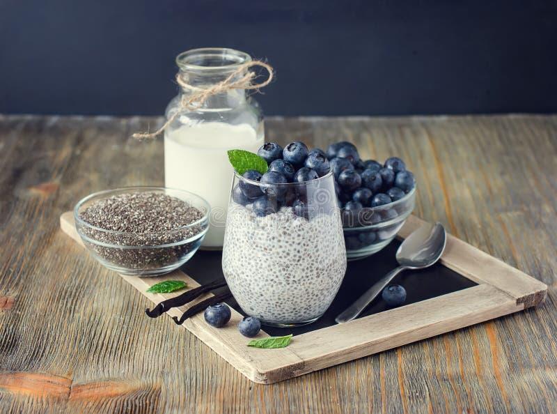 Здоровые завтрак или закуска утра с chia осеменяют пудинг и b стоковое изображение rf