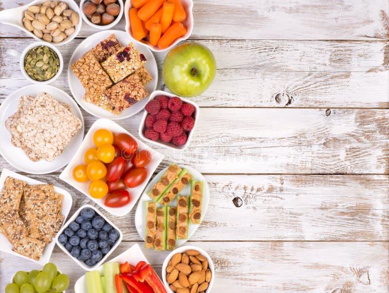 Здоровые закуски на деревянном столе с космосом экземпляра стоковые изображения rf
