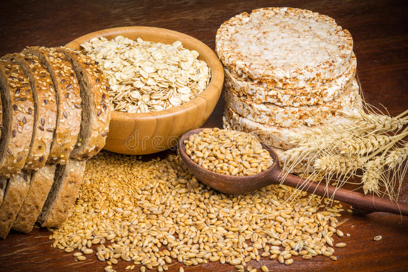Здоровые зерна, хлопья и хлеб всей пшеницы стоковые изображения