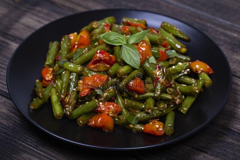 Download Здоровые зеленые фасоли, красный томат вишни с семенами сезама Стоковое Фото - изображение насчитывающей плита, чеснок: 81810300