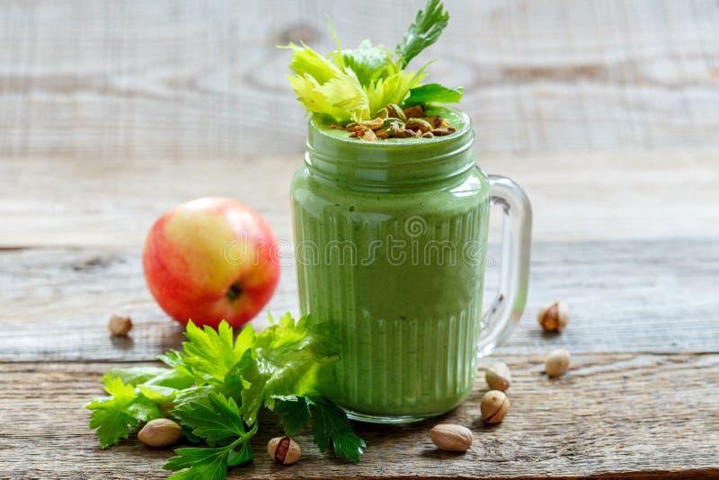 Здоровые зеленые шпинат, яблоко и банан smoothie стоковые фотографии rf