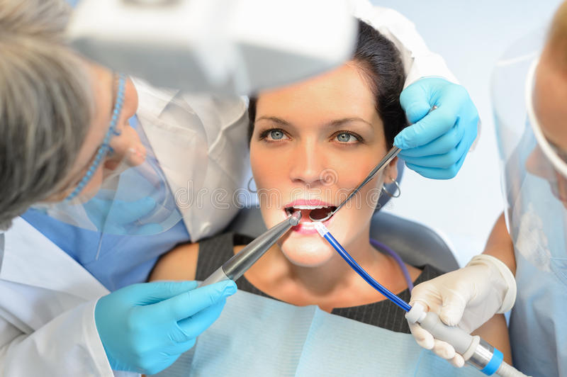 Здоровые зубы терпеливейшие на офисе дантиста стоковая фотография rf