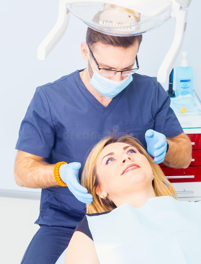 Здоровые зубы терпеливые на предохранении зубоврачебной костоеды офиса дантиста стоковое изображение