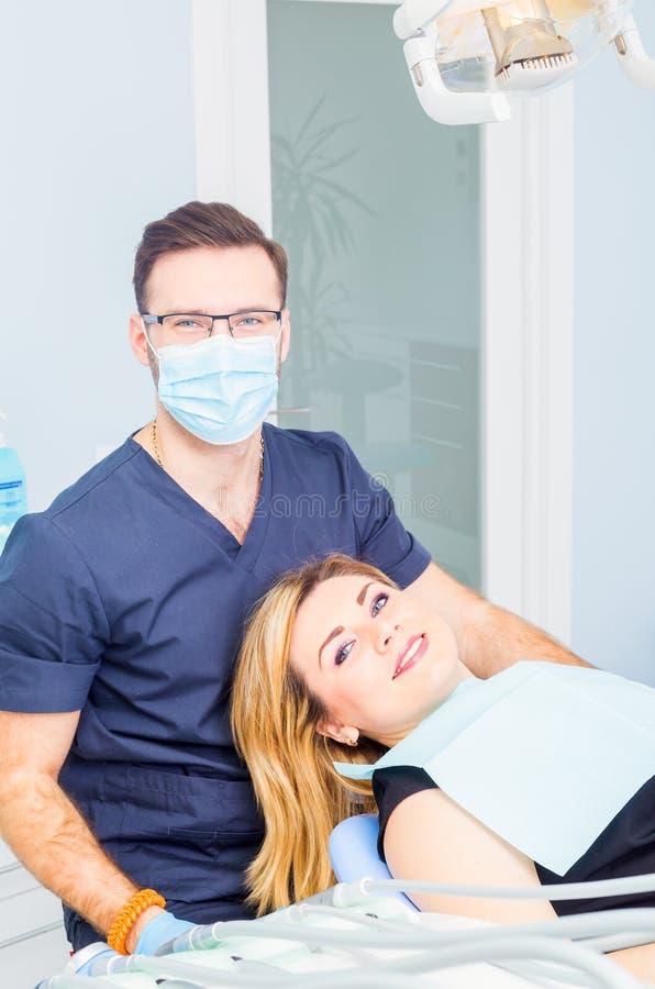Здоровые зубы терпеливые на предохранении зубоврачебной костоеды офиса дантиста стоковое изображение rf
