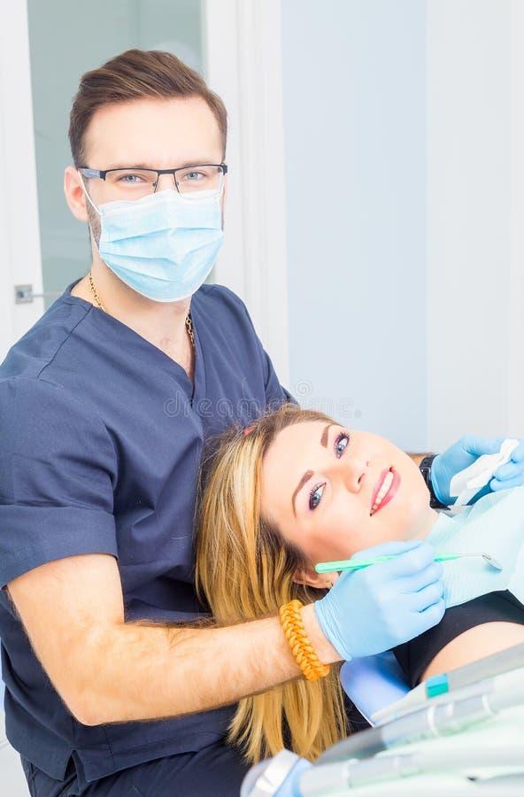 Здоровые зубы терпеливые на предохранении зубоврачебной костоеды офиса дантиста стоковое фото