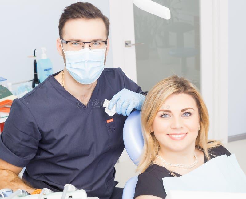 Здоровые зубы терпеливые на предохранении зубоврачебной костоеды офиса дантиста стоковая фотография