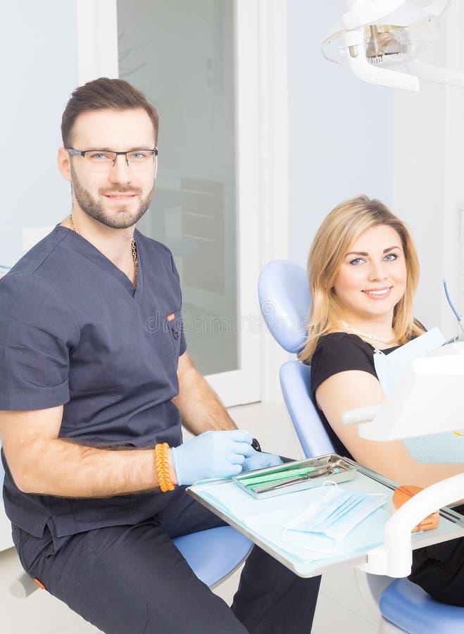 Здоровые зубы терпеливые на предохранении зубоврачебной костоеды офиса дантиста стоковые изображения