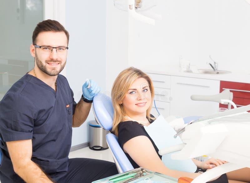 Здоровые зубы терпеливые на предохранении зубоврачебной костоеды офиса дантиста стоковые фотографии rf