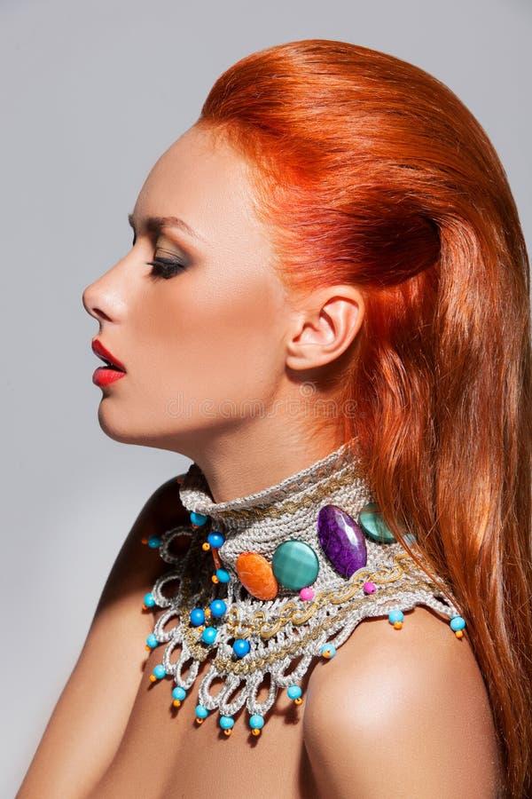 Здоровые длинные красные волосы изолированные на белой предпосылке стоковое фото rf