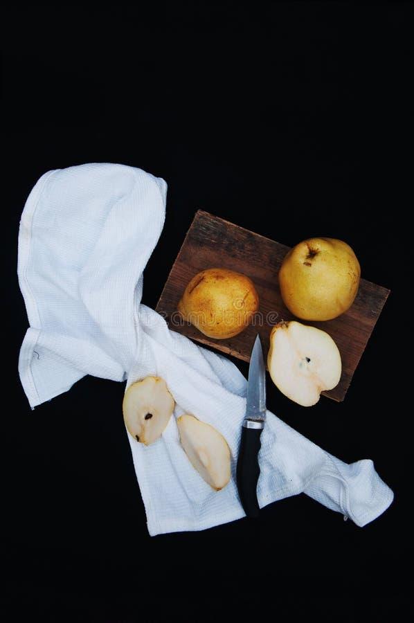Здоровые органические желтые груши на столе отрезанный ананас плодоовощ отрезока предпосылки половинный Зрелые свежие органически стоковое изображение rf
