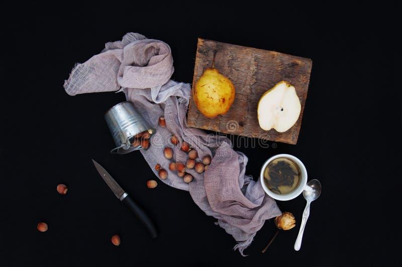 Здоровые органические желтые груши на столе отрезанный ананас плодоовощ отрезока предпосылки половинный Зрелые свежие органически стоковые изображения rf