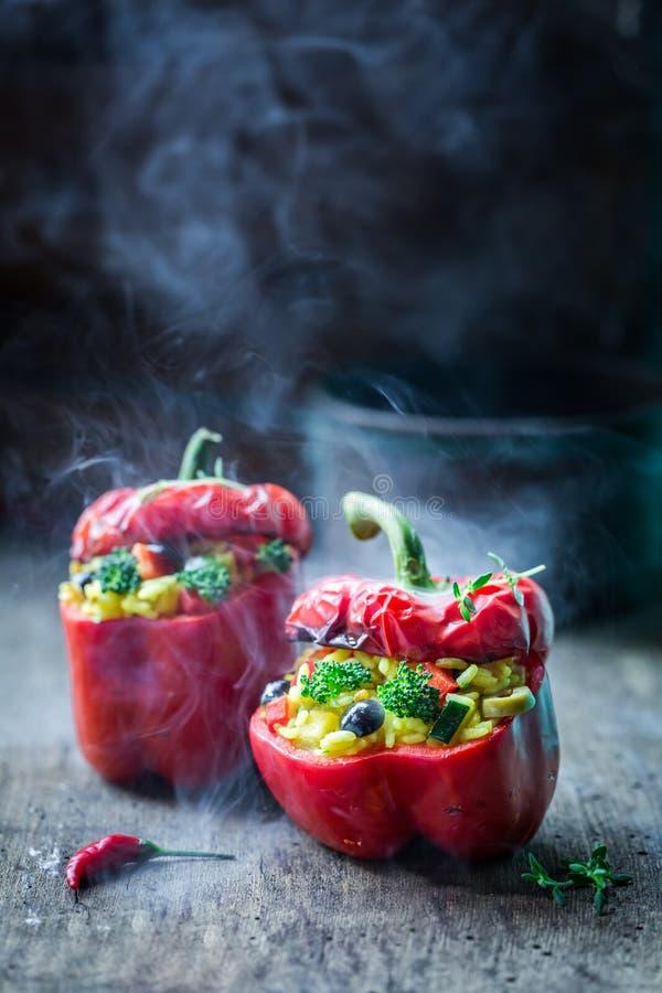 Здоровые перцы заполненные с овощами и рисом стоковые изображения