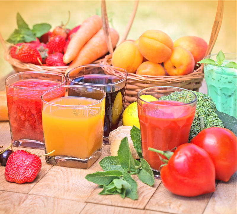 Здоровые пить - напитки на таблице стоковая фотография rf