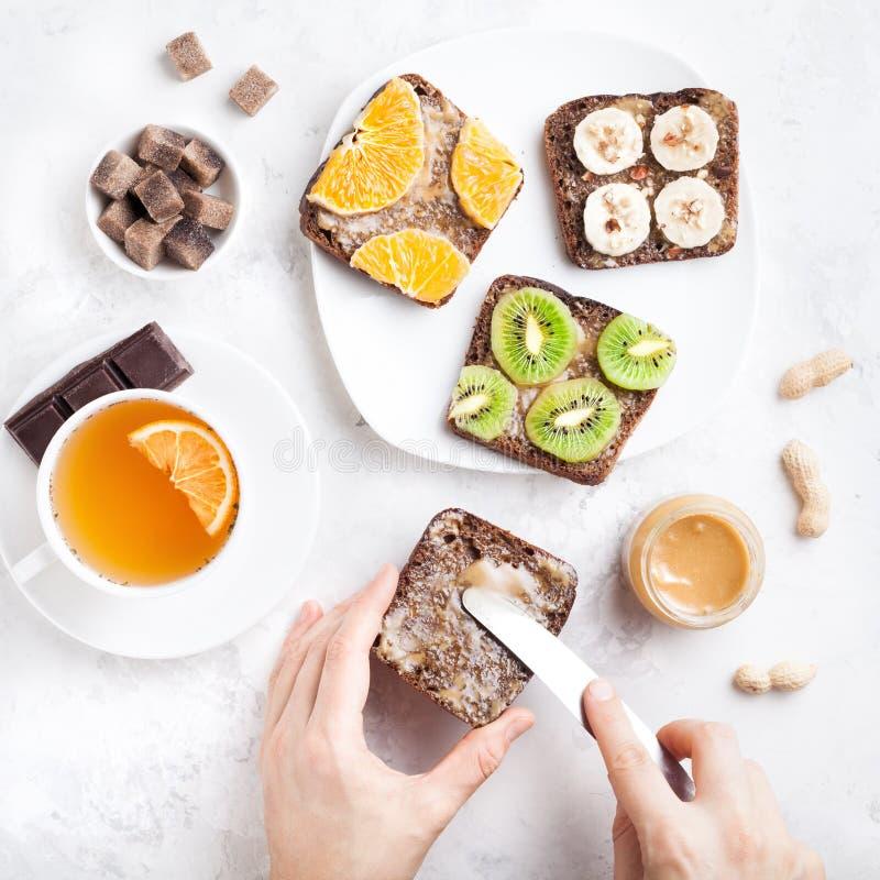 Здоровые сандвичи плодоовощ с арахисовым маслом стоковое изображение rf