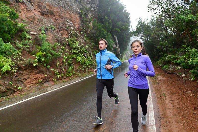 Здоровые люди образа жизни бежать на проселочной дороге стоковая фотография rf