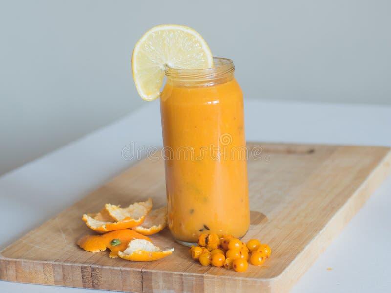 Здоровые smoothie, апельсин и мор-крушина на деревянной доске стоковое изображение rf