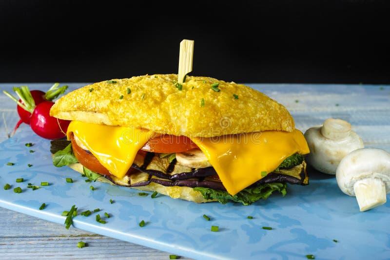 Здоровый вегетарианский сандвич Veggie с редиской томата зажарил e стоковое изображение