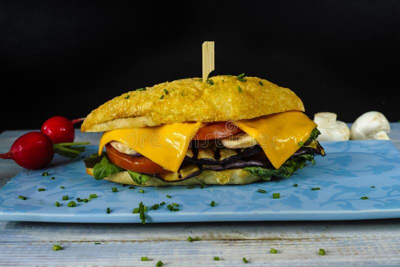 Здоровый вегетарианский сандвич Veggie с редиской томата зажарил e стоковые фотографии rf