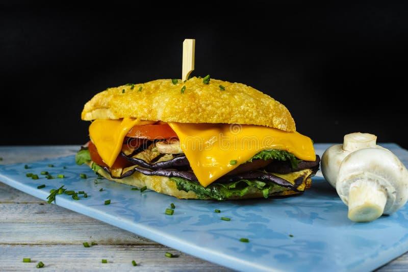 Здоровый вегетарианский сандвич Veggie с редиской томата зажарил e стоковое фото rf