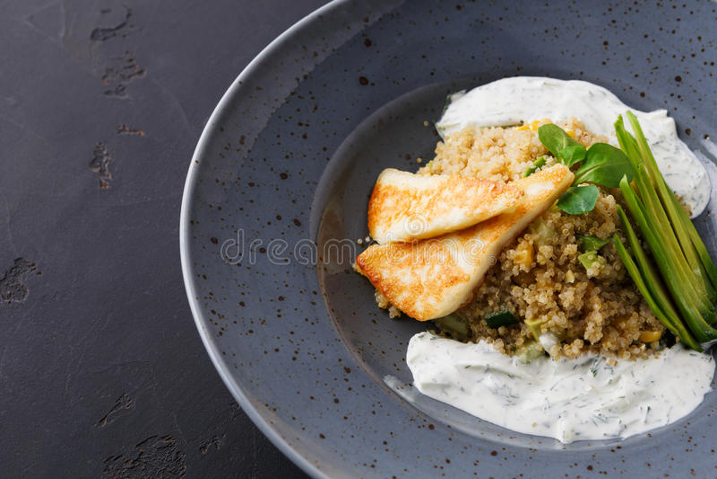 Здоровый греческий обед кухни Салат квиноа с сыром и овощами на черной таблице стоковая фотография rf