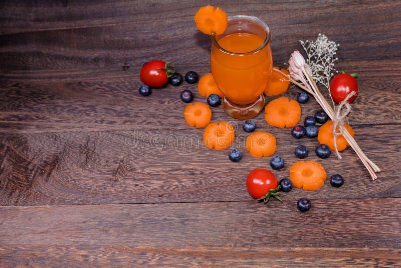 Здоровый есть и dieting концепция, свежие морковь и сок моркови или органический здоровый сок в стекле, томате, плодоовощ, овощах стоковое изображение