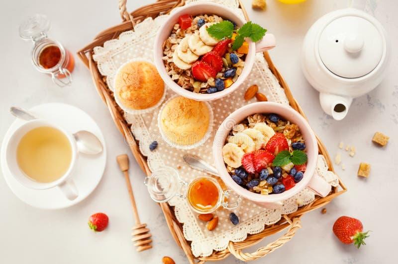 Здоровый завтрак с овсяной кашей и свежими ягодами стоковые изображения