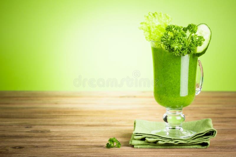 Здоровый зеленый smoothie сока стоковые изображения rf