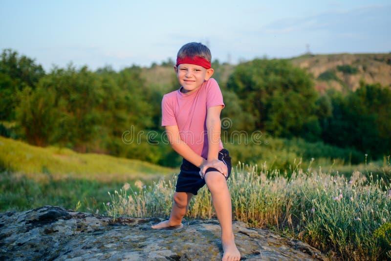 Здоровый молодой мальчик делая тренировки стоковое изображение