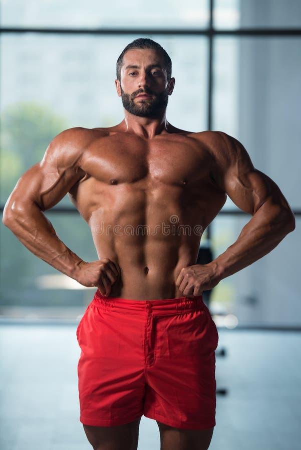Download Здоровый молодой человек изгибая мышцы Стоковое Изображение - изображение насчитывающей athens, гимнастика: 81815133