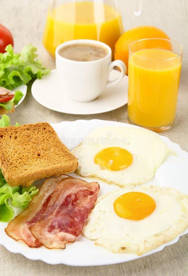 Здоровый наварный завтрак с чашкой кофе с беконом, яичками стоковое фото