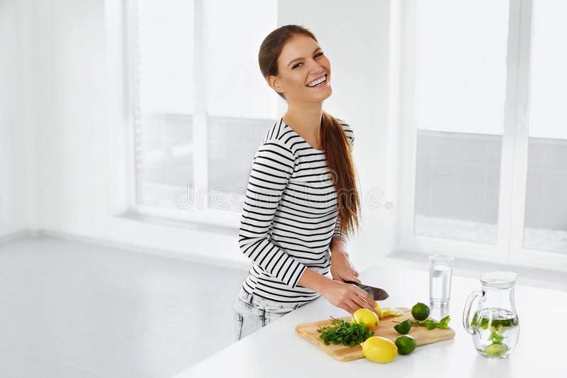 Здоровый образ жизни, есть Женщина с лимонами и известками витамин стоковые изображения