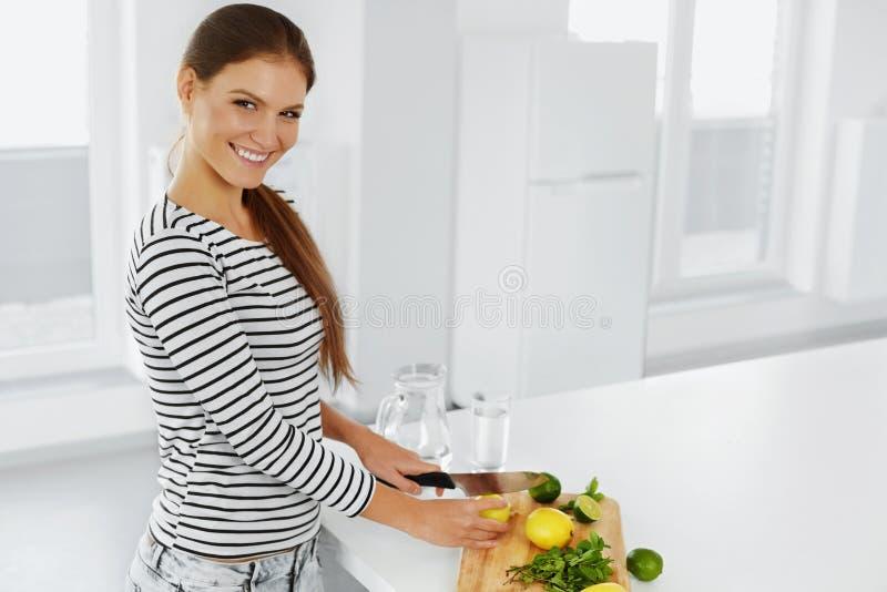 Здоровый образ жизни, есть Женщина с лимонами и известками витамин стоковые фотографии rf