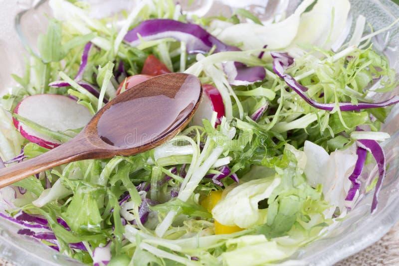 Здоровый образ жизни еды Свежий салат с маслом стоковое фото