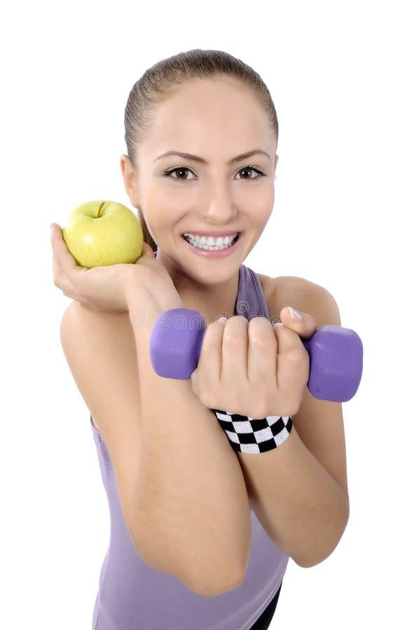 Здоровый образ жизни - женщина фитнеса есть яблоко стоковое фото