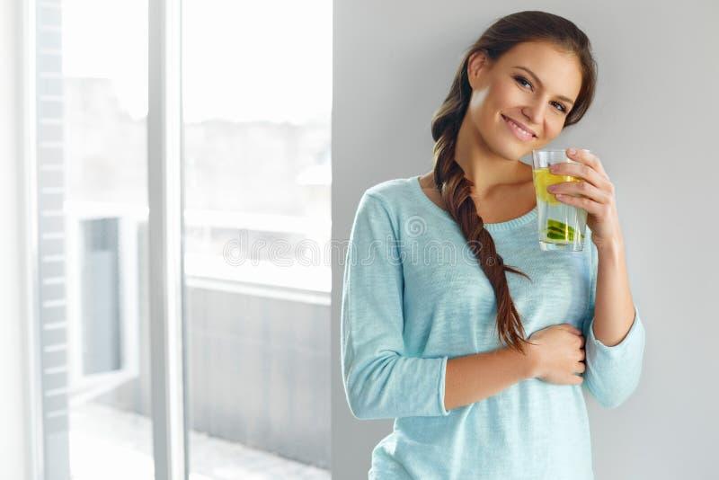 Здоровый образ жизни и еда Вода плодоовощ женщины выпивая Вытрезвитель H стоковое изображение