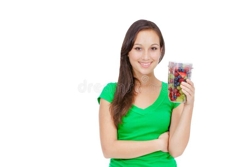 Здоровый образ жизни - подходящая молодая женщина есть плодоовощ стоковое изображение rf