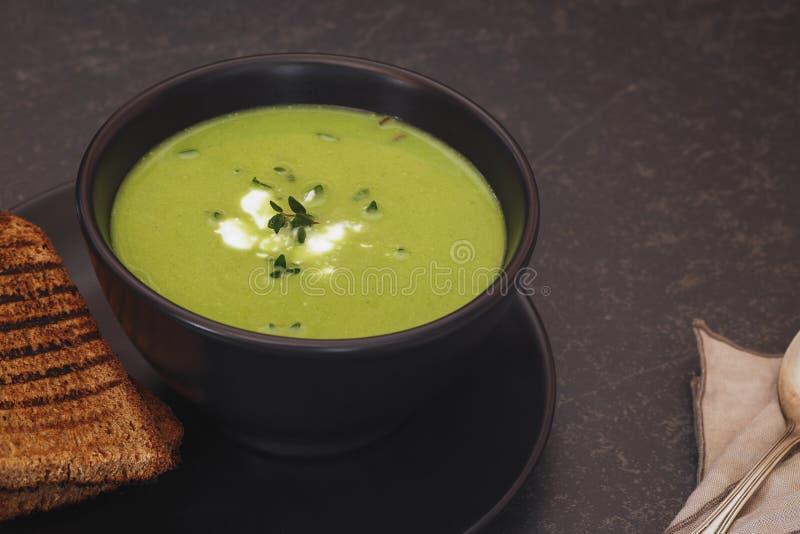 Здоровый домодельный зеленый суп с травами, конец вверх стоковое фото