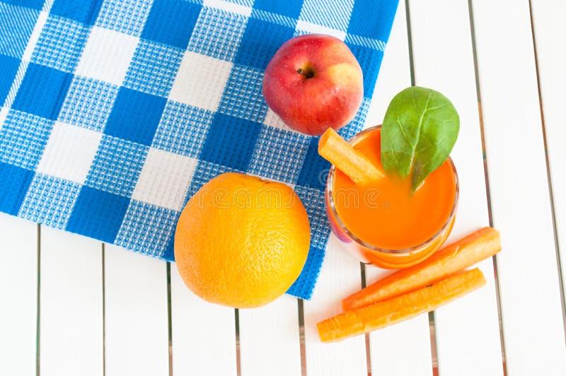 Здоровый домодельный сок моркови в стеклянном и свежей стоковые фотографии rf