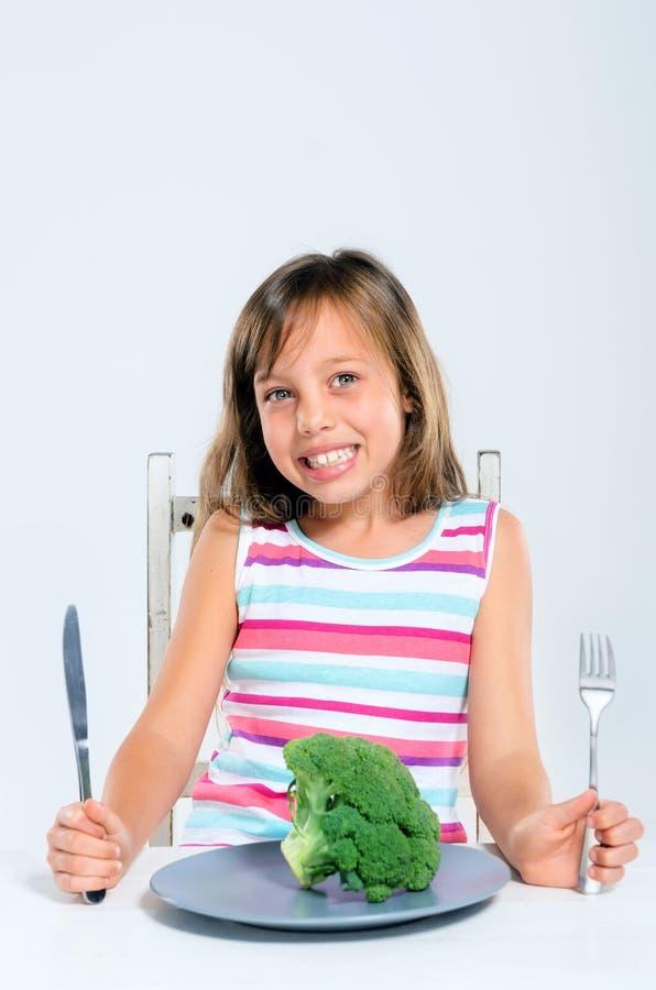 Здоровый ребенк есть брокколи стоковые изображения rf